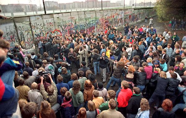 Resultado de imagem para Queda do muro de Berlin